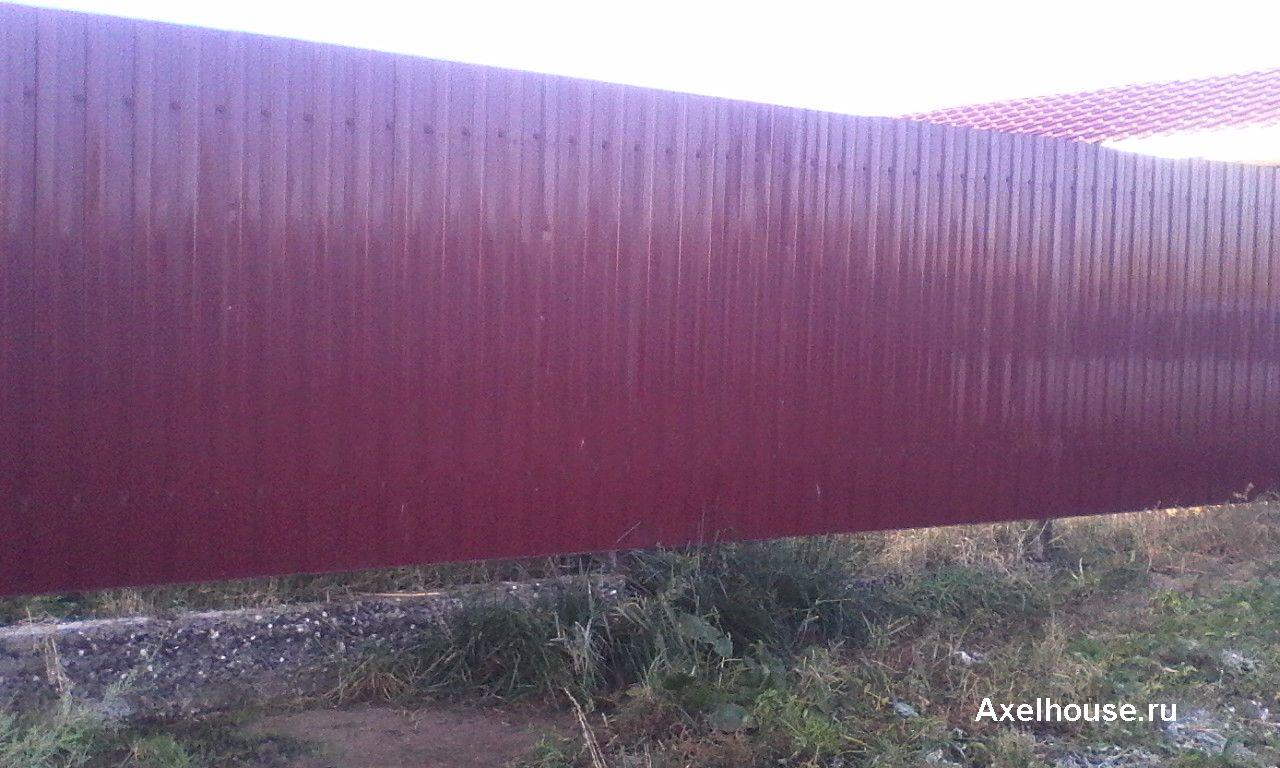 Забор из красного профнастила